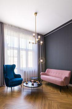 Różowa sofa Roma oraz granatowy fotel Uszatek. Rzemieślnicze meble tapicerowane wykonane w stylistyce lat 50.  Dostępne w dowolnym kolorze.  #sofa #różowasofa #rozowasofa #uszak #foteluszak #granatowyuszak #granatowyfotel Sofa, Couch, Lounge, Curtains, Living Room, Wall, Furniture, Home Decor, Chair