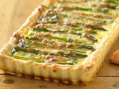 Asparagus gruyere and spinach quiche x wallpaper/ background for iPad mini/ air/ 2 / pro/ laptop Spinach Quiche Recipes, Asparagus Quiche, Salmon And Asparagus, Savoury Recipes, Low Carb Fast Food, Low Carb Recipes, Cooking Recipes, Healthy Recipes, Breakfast Items