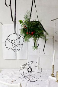 DIY Christmas Chandelier by Stilzitat Christmas Chandelier, Christmas Lamp, Diy Chandelier, Vintage Christmas, Christmas Crafts, Christmas Decorations, Chandeliers, Teal Christmas, Flower Chandelier