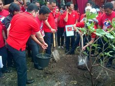 Tanam 1000 pohon di daerah gersang dampak Lumpur Lapindo, Sidoarjo, Jawa Timur ,  19 April 2013