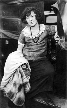 Takashima Aiko 高島愛子 An actress, model and moga. Born 1904 and died, in a firebombing raid on Tokyo, in She played Teruko in one of Mizoguchi Kenji's silent films of Out of College 学窓を出でて. She's still one of my favourites Japan Fashion, 20s Fashion, Fashion History, Retro Fashion, Vintage Fashion, Grayson Perry, 1920s Outfits, Ghost In The Machine, Retro Pictures