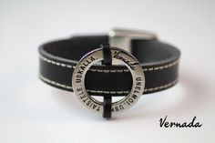 Vernada Design -nahkakäsikoru, UNELMOI. USKO. TAISTELE. USKALLA., musta, tikattu  #Vernada #jewelry #koru #nahkaranneke #nahkakoru #rannekoru #bracelet #leather #suomestakäsin #käsityökortteli #finnishdesign #finnishfashion