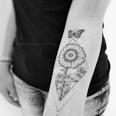 Tatuagem criada por Clari Benatti do Rio de Janeiro. Girassol com borboleta sobrevoando e jardim ao fundo.