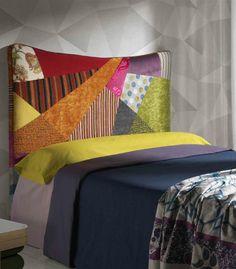 El cabecero cama Queen con su original cabecero tapizado en tela de patchwork en colores vivos, creará una habitación de matrimonio única.