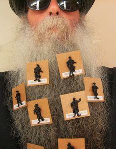 BEARD GALLERY - Opere di Jaroslav Divis installate sulla mia barba (Galleria Pensile)