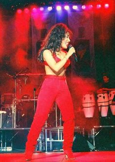 Beautiful Selena performing in a classic outfit of hers Selena Quintanilla Perez, Selena And Chris, Selena Selena, Selena Costume, Divas, Selena Pictures, Jenni Rivera, Duchess Kate, Celebrity News