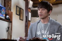 Eric Mun's Park Do Kyung's face remains impassive but deep inside he's unraveling because of his strong attraction for Oh Hae Young (Seo Hyun Jin).