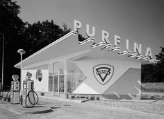 Modernist Petrol Stations by various architects Some famous architects including Albert Frey, Mies van der Rohe, and Willem Dudok started with gas stations. Bauhaus, Drive In, Old Gas Pumps, Vintage Gas Pumps, Pompe A Essence, Gas Service, Old Garage, Old Gas Stations, Filling Station