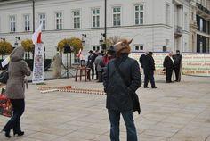 """Podczas obchodów miesięcznicy katastrofy smoleńskiej pojawiła się niecodzienna postać. Jak mówi w rozmowie z naTemat, postanowił """"powalczyć"""" o swoją wolność ubierając maskę konia. Twierdzi, że przestrzeń przed Pałacem Prezydenckim należy nie tylko do Jarosława Kaczyńskiego, ale również do niego. Inne zdanie na ten temat mieli strażnicy miejscy, którzy ukarali """"Człowieka konia"""" stuzłotowym mandatem."""