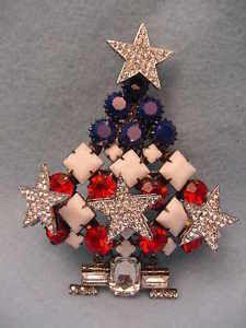 Larry Vrba Patriotic Christmas Tree Pin | eBay Jewelry Christmas Tree, Tacky Christmas, Jewelry Tree, Vintage Christmas, Diy Jewelry, Christmas Ornaments, Rhinestone Jewelry, Vintage Rhinestone, Christmas Trees