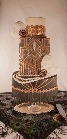 This art deco cake is STUNNING! #artdeco #artdecowedding