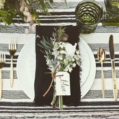 Wedding table with gold flatware and white plates. Black napkins with leaf and floral embellishment. Beautiful Table Settings, Wedding Table Settings, Setting Table, Rustic Table Settings, Wedding Table Cards, Casual Table Settings, Table Name Cards, Table Place Settings, Christmas Table Settings