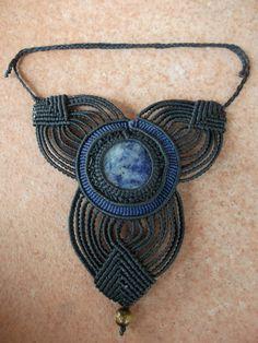 collana con pietra sodalite e sfera di pietra occhio di tigre (45 euro)
