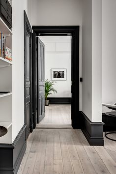 Black Interior Doors - Dramatic Or Conventional? When you need a truly dramatic, dramatic look, nothing is more dramatic than the use of black interior doors. Black doors give you the kind of feel that . Black Trim Interior, Modern Interior, Farmhouse Interior, Interior Walls, Black Baseboards, Dark Doors, Dark Trim, White Trim, White Oak
