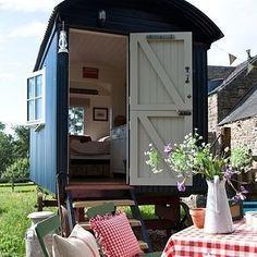 Dieser Bauwagen auf dem englischen Land.   13 ungewöhnliche Hotels, in denen Du für unter 150 Euro schlafen kannst