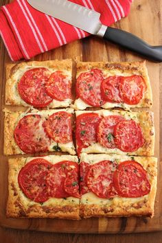 Tomato tart with three cheeses. A lovely, tasty tart that's easy to put together.Tomato tart with three cheeses. A lovely, tasty tart that's easy to put together. Veggie Recipes, Appetizer Recipes, Vegetarian Recipes, Cooking Recipes, Healthy Recipes, Appetizers, Quiches, Snack, Food Processor Recipes