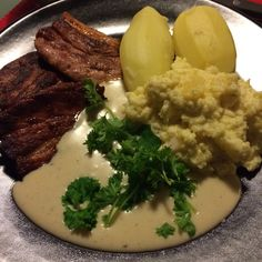 Flesk og duppe Norwegian Food, I Foods, Beverage, Mashed Potatoes, Ethnic Recipes, Soda, Drink, Liquor, Shredded Potatoes