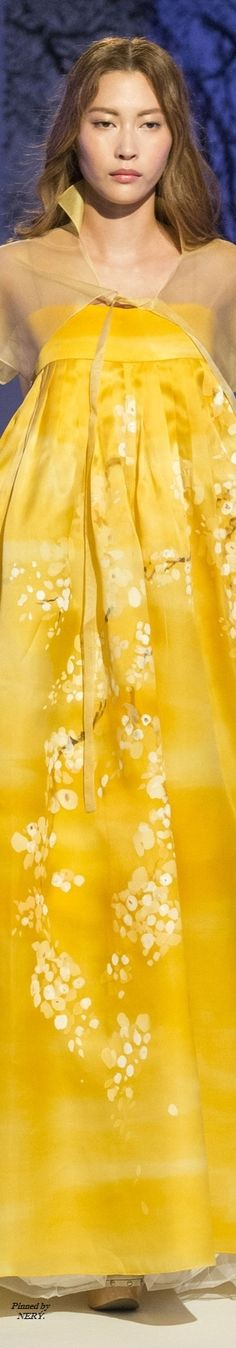 Lee Young Hee - Couture Fall 2016 Only Fashion, High Fashion, Fashion Art, Fashion Ideas, Couture Fashion, Runway Fashion, Fashion 2016, Japan Fashion, Jaune Orange