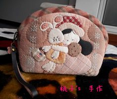 2013与shinnie相约第一回合 -- 抱兔兔的小姑娘手拿包 Japanese Patchwork, Patchwork Bags, Quilted Bag, Applique Quilts, Embroidery Applique, Fabric Wallet, Animal Quilts, House Quilts, Coin Bag