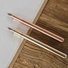Ces stylos-plumes sont hyper compacts :9,7cmavec lecapuchon fermé (qu'on visse à l'arrière pour arriver à un stylo de taille normale - 12cm). Leur qualité et ingénositéséduit écrivains, banquiers et faire-paristes depuis 1910.