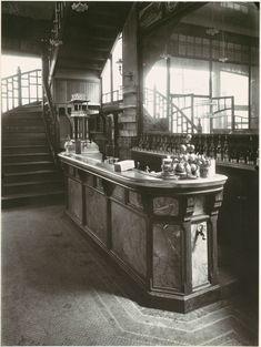 Eugène Atget, Bar de Cabaret, 1900 - 1911
