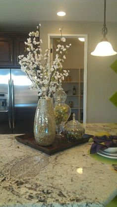 Kitchen island Centerpiece Ideas Awesome Minimodel Staging Kitchen Countertop or Kitchen Bar Will Kitchen Island Centerpiece, Dining Room Table Centerpieces, Kitchen Island Decor, Decoration Table, Home Decor Kitchen, Kitchen Ideas, Centerpiece Ideas, Kitchen Staging, Vase Centerpieces