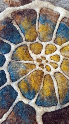 gefilzter Ammonit felted ammonite, different Merino wool, Icelandwool locks start to quilt the felt after quilting ...