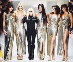 Donatella reuniu na passarela um time de supermodelos dos anos 90!