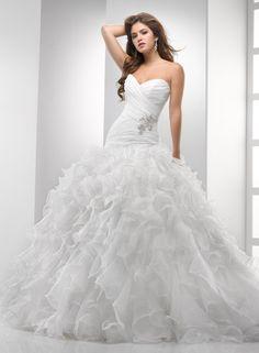 Chic Organza Ball Gown Sweetheart Strapless Wedding Dress