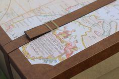 Particolare di valigia in cartone per angolo photoboot di un matrimonio vintage o a tema viaggi