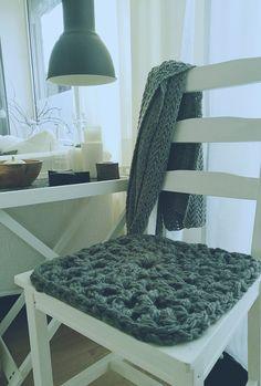 Heute zeige ich Dir, wie Du aus selbstgemachter XXL Wolle, richtig stylische Stuhlkissen häkelst. Schau doch mal vorbei: http://tiina1000.blogspot.de/2016/12/big-is-beautiful-2.html Herzlich Willkommen Eure CREATINA