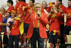 Manolo Escobar. Nacido en El Ejido (Almería), fue un cantante español de copla andaluza y canción española. También trabajó como actor en diversas películas.  Imagen de la celebración de La Roja tras ganar el Mundial de Sudáfrica.