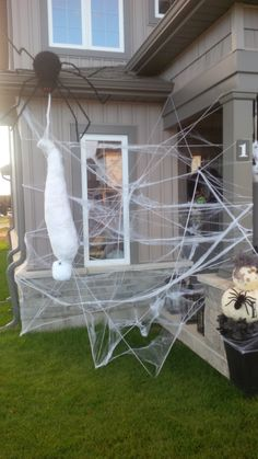 DIY Spider Halloween Decoration Ideas that are creepy as hell - Hike n Dip Decorate your home for Halloween with dollar store spiders and cobwebs. Get best DIY Spider Halloween decoration ideas which are easy to do & surely scary. Diy Halloween Spider, Cheap Halloween, Halloween Party Decor, Scary Halloween Yard, Halloween Witches, Halloween Halloween, Porte D'halloween, Halloween Veranda, Halloween Spider Decorations