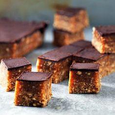 Dessa små snickersbitar på jordnötter och dadlar är perfekta att ha i frysen när sötsuget slår till. Söta och goda utan tillsatt socker. Ät de direkt när de kommer ur frysen eller låt de tina en stund för mjukare konsistens.