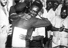 Agostinho Neto abraça Jonas Savimbi à chegada a Luanda