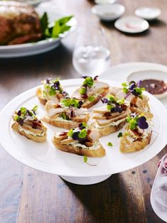 Make an easy crostini recipe for parties with chicken crostini recipe. This great crostini idea is perfect for a Christmas canapé or a party appetiser idea. Chili Sauce, Sweet Chilli Sauce, Baguette, Roast Recipes, Appetisers, Appetizers For Party, Crostini Recipe, Clean Eating Snacks, Tray Bakes