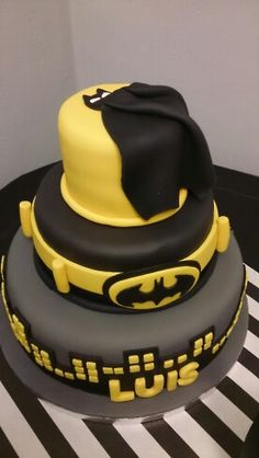 Batman cake by waraochocolates.es www.tablescapesbydesign.com https://www.facebook.com/pages/Tablescapes-By-Design/129811416695