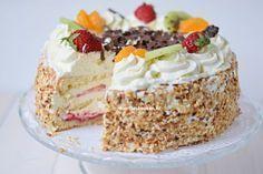 Ook zo gek op slagroomtaart? Maak deze nu helemaal zelf volgens dit recept! Een heerlijke romige taart met vers fruit, jam en lekkere slagroom.