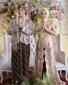 Wedding Hijab, Gown Wedding, Dream Wedding, Wedding Dresses, Javanese Wedding, Dress Pesta, Muslim Couples, Kebaya, Traditional Wedding