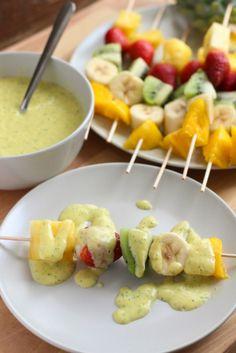 brochetas de fruta con salsa de yogur y mango