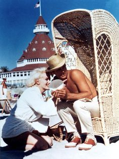 Marilyn Monroe and Tony Curtis on location at the Hotel del Coronado in San Diego for 'Some Like It Hot', 1959 Tony Curtis, Howard Hughes, Lauren Bacall, Classic Hollywood, Old Hollywood, Hollywood Story, Hollywood Sign, Fotos Marilyn Monroe, Gerard Philipe