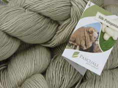Die Firma Pascuali  engagiert sich auf ganz persönliche Weise für eine artgerechte Tierhaltung und fair trade Wollhandel und der Gedanke daran, ein Produkt zu verstricken, dass auch unter diesem Aspekt Vorteile für Mensch und Natur bietet, ist nicht nur eine Nebensache.