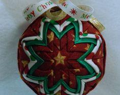 Ornamento de la Navidad acolchado festivo por QuiltedKpskOrnaments