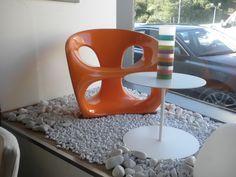 Fabricante Kundalini, Butaca Modelo Hara, acabada en fibra de vidrio color naranja. Velador Modelo Dom, metal laco blanco Kosta Boda. Jarrón Modelo Serpentine.  Carlos Uriarte diseño (El Campón 24, Peñacastillo-Santander)