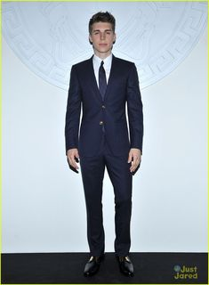 Actor Nolan Funk wore a dark navy notch lapel two-button Versace suit to the Versace Womens fashion show. Nolan Gerard Funk, Vogue Editor In Chief, Anna Wintour, Old Actress, Beautiful People, Pretty People, Versace, Casual Outfits, Suit Jacket