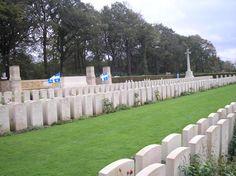 Au cours des Deux Grandes Guerres, plus de 15 000 Québécois sont morts sur différents champs de bataille.     Pour plus de renseignements, consultés :  http://ancienscombattantsquebecois.com/acq-Dieppe.htm
