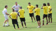 Guillermo Almada (i), técnico de Barcelona, conversó con sus dirigidos antes de un entrenamiento de los amarillos. Álex Vanegas