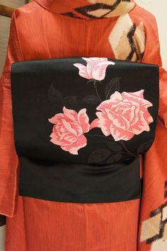黒地にローズ・ピンクの薔薇模様モダンな開き名古屋帯 - アンティーク着物/リサイクル着物のオンラインショップ ■□姉妹屋□■ 黒の地に、きらりと輝くラメ入りの葉が美しい薔薇の花が織り出された開き名古屋帯です。