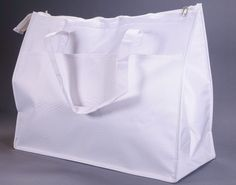 White Insulated Picnic Tote Bag for Diner en Blanc Keep your food hot or cold in simplicity & style. This custom-manufactured tote bag has a foil lining to help keep your food hot or cold, while maint