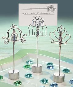 Til eventyrbrylluppet er det kun disse bordkortholdere der dur!  Udført i sølvfarvet wire og formet som et slot, et græskar eller en prinsessekrone er disse bordkortholdere et must for ethvert eventyrbryllup.